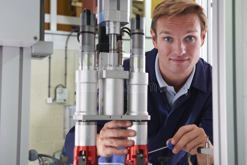 Männlicher Ingenieur Working On Machine in der Fabrik stockfotografie