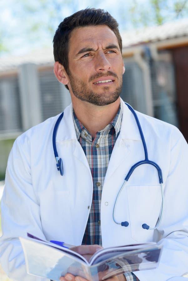 Männlicher junger Doktor draußen lizenzfreie stockbilder