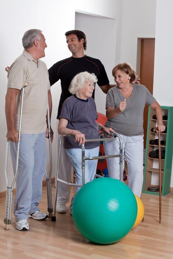 Männlicher körperlicher Therapeut mit Patienten lizenzfreie stockfotos