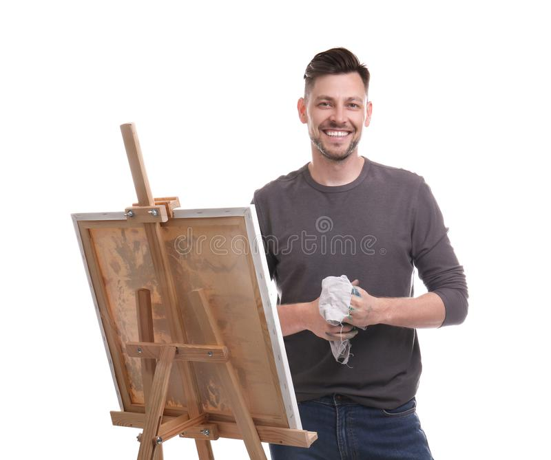 Männlicher Künstler mit Lappen nahe Gestell auf weißem Hintergrund stockfotografie