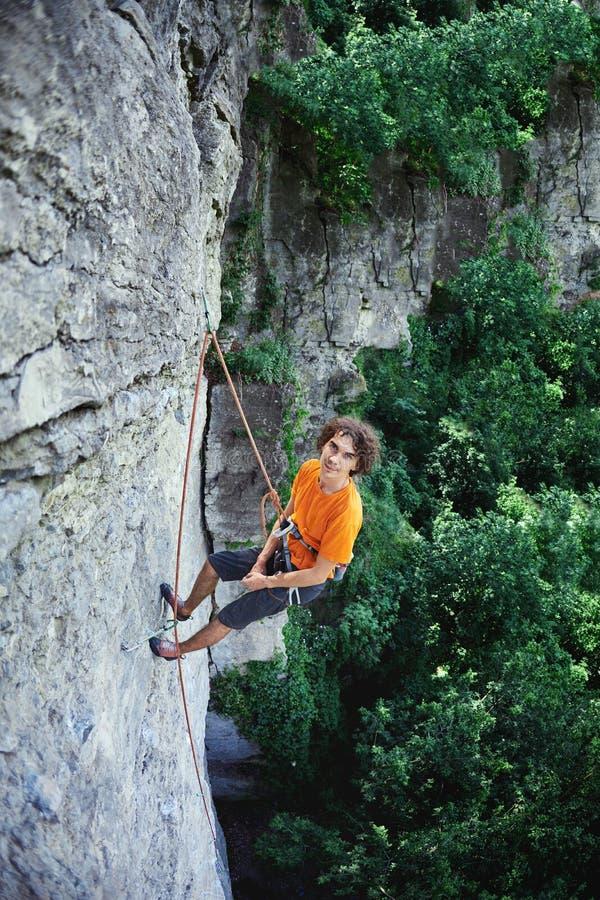 Männlicher Kletterer auf der Klippe stockfotografie