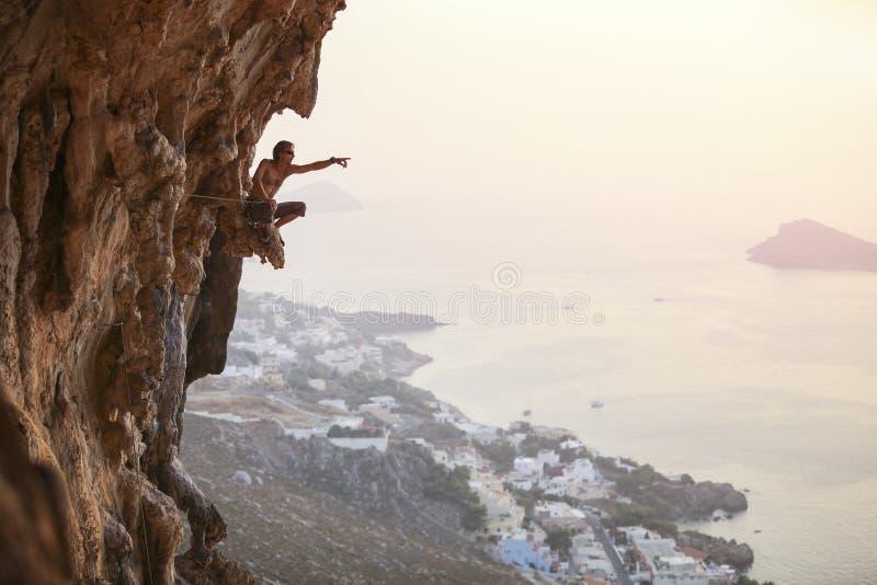 Männlicher Kletterer bei Sonnenuntergang lizenzfreie stockbilder