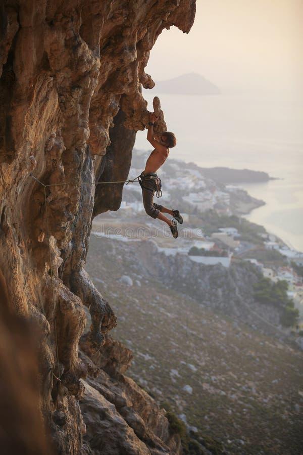 Männlicher Kletterer bei Sonnenuntergang lizenzfreie stockfotos
