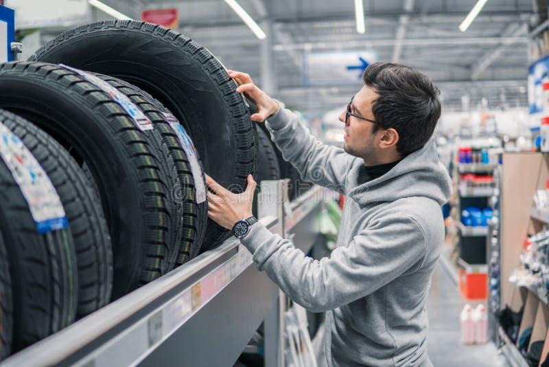 Männlicher Kunde, der neue Reifen wählt stockfotos