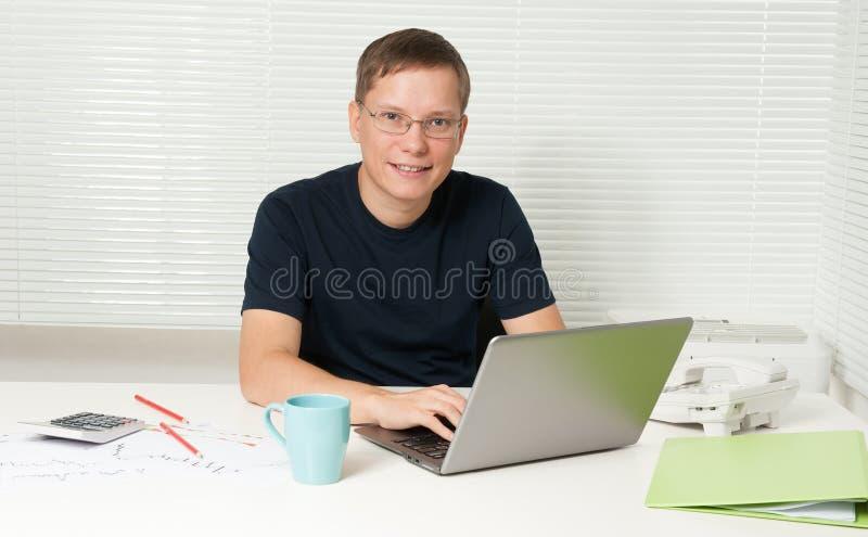 Männlicher Kursteilnehmer, der Laptop verwendet stockfotografie