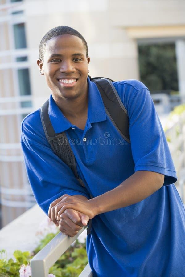 Männlicher Kursteilnehmer draußen lizenzfreies stockfoto