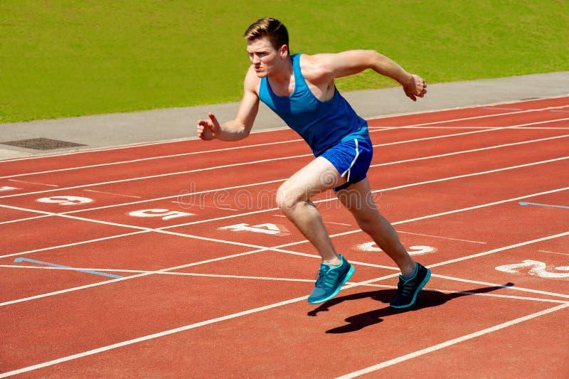 Männlicher Läufer auf Startblöcken stockbilder