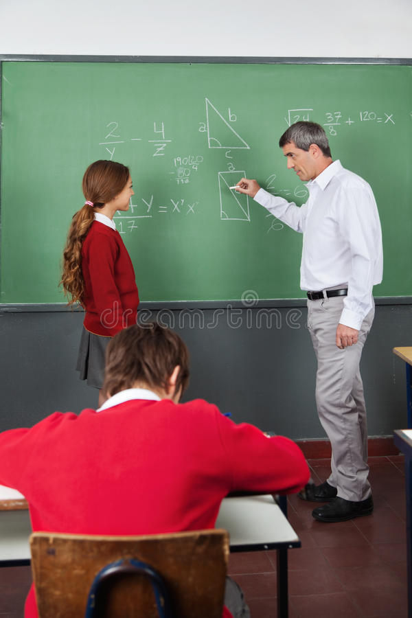 Männlicher Lehrer-Teaching Geometry To-Mädchen herein lizenzfreie stockfotografie