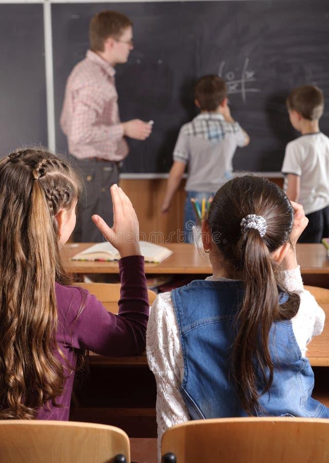 Männlicher Lehrer vor grundlegenden Alterspupillen lizenzfreies stockbild