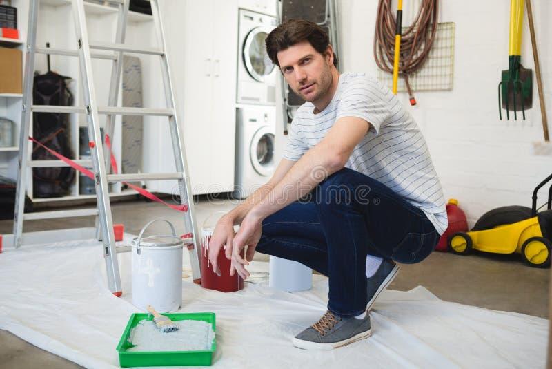 Männlicher Maler, der in der Werkstatt arbeitet stockbilder