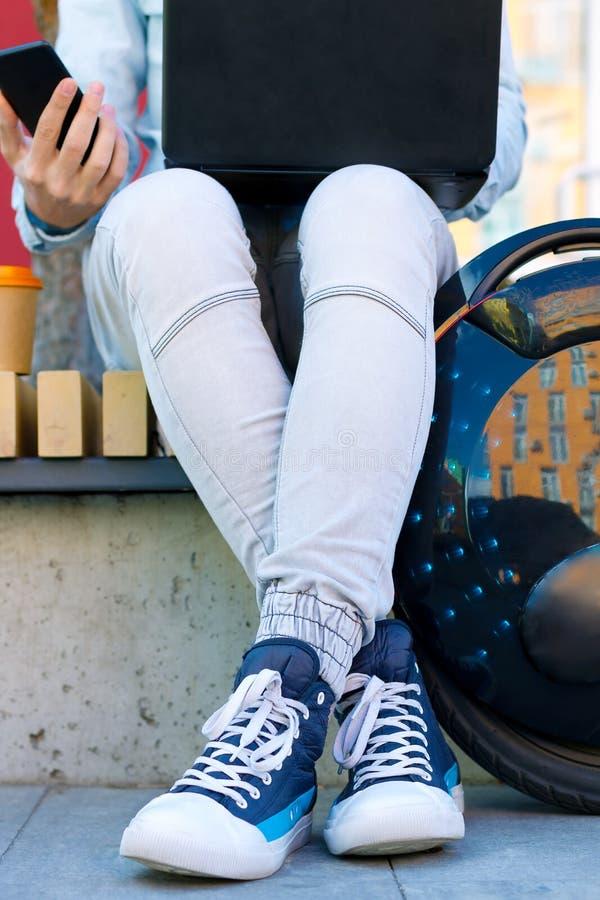Männlicher MannGeschäftsmann-Studentenfreiberufler mit elektrischem Transport lizenzfreie stockfotografie