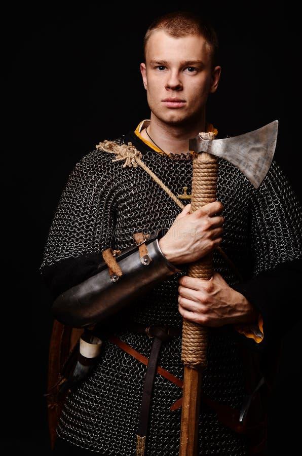 Männlicher mittelalterlicher Krieger im Rüstungs- und Kettenhemd, Wikinger mit Batterie lizenzfreies stockfoto