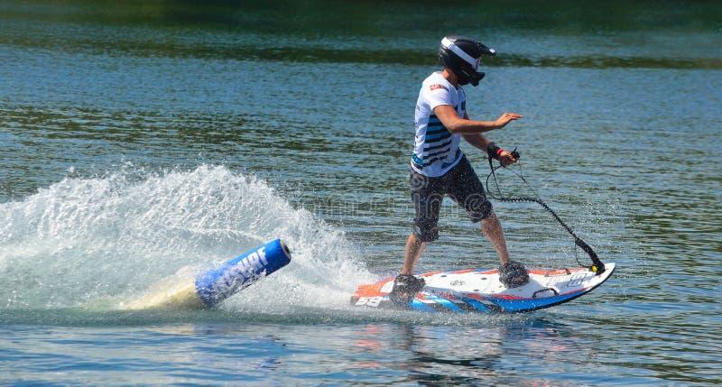 Männlicher Motosurf-Konkurrent, der sehr feste Richtung um Markierung verfolgt stockfotos