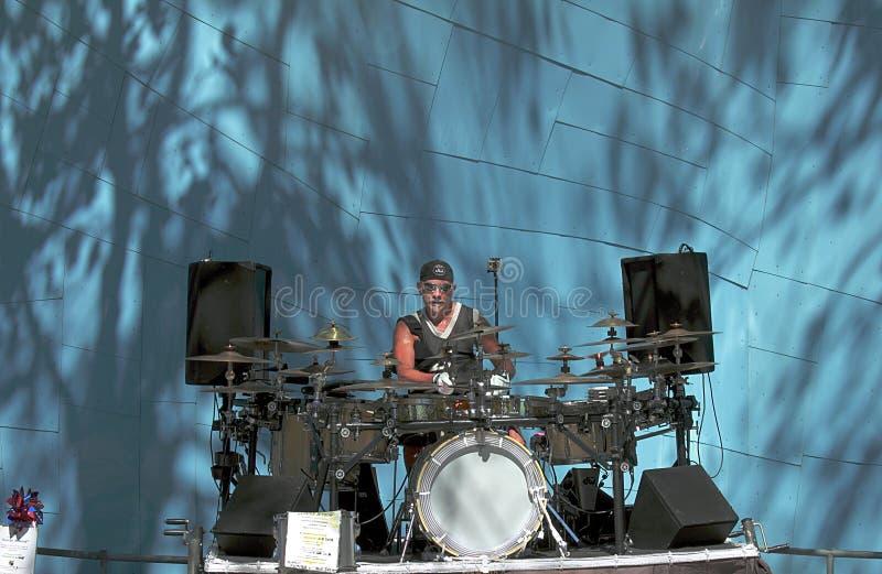 Männlicher Musiker mit den Trommelstöcken, die Trommeln und Becken im Park von Seattle spielen stockfotos