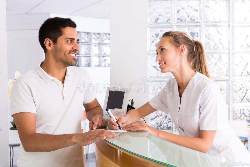 Männlicher Patient, der medizinische Klinik besucht lizenzfreies stockbild