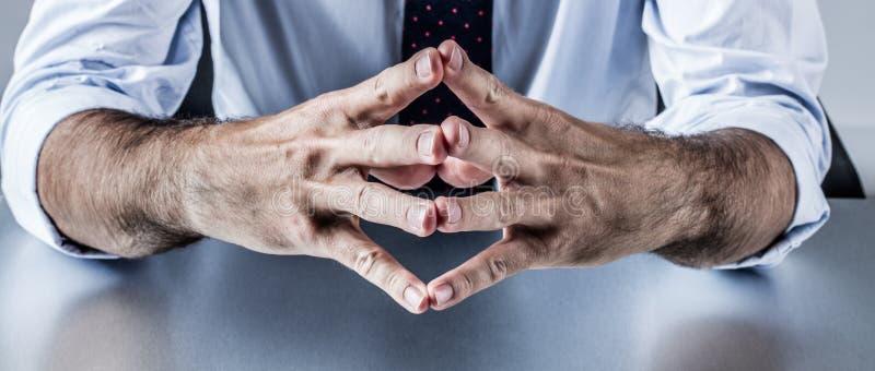 Männlicher Politiker oder Unternehmensmann, die mit den Händen und Führung erklären stockfoto