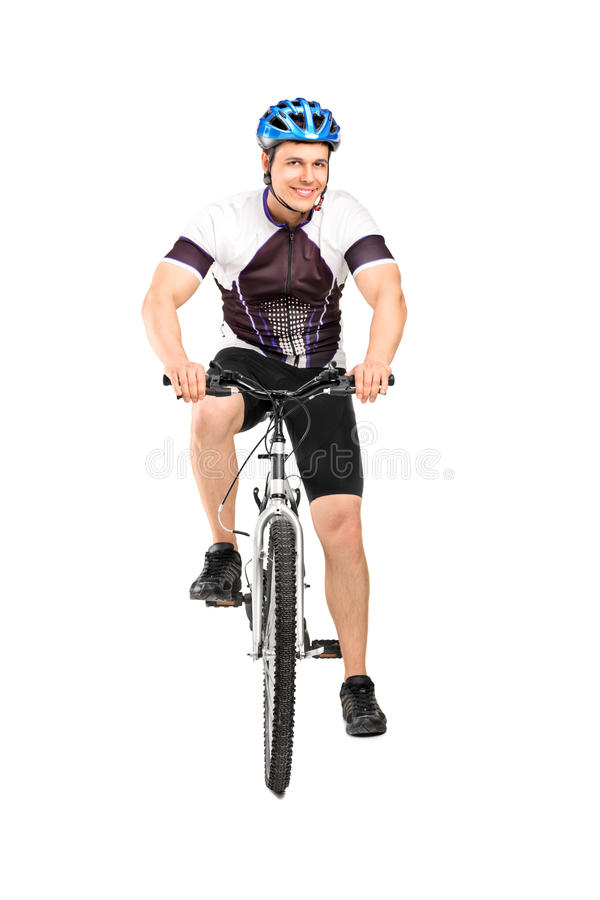 Männlicher Radfahrer, der auf einem Fahrrad aufwirft stockbild