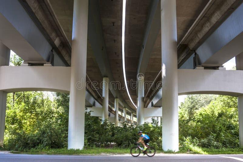 Männlicher Radfahrer draußen stockfotos