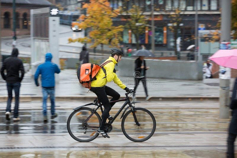 Männlicher Radfahrer mit Rucksack auf Straße stockfoto
