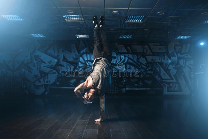 Männlicher Rapper im Tanzstudio, modischer Lebensstil lizenzfreies stockfoto
