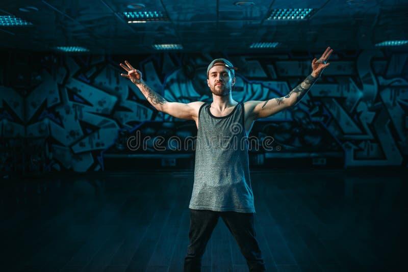 Männlicher Rapper im Tanzstudio, modischer Lebensstil stockbilder