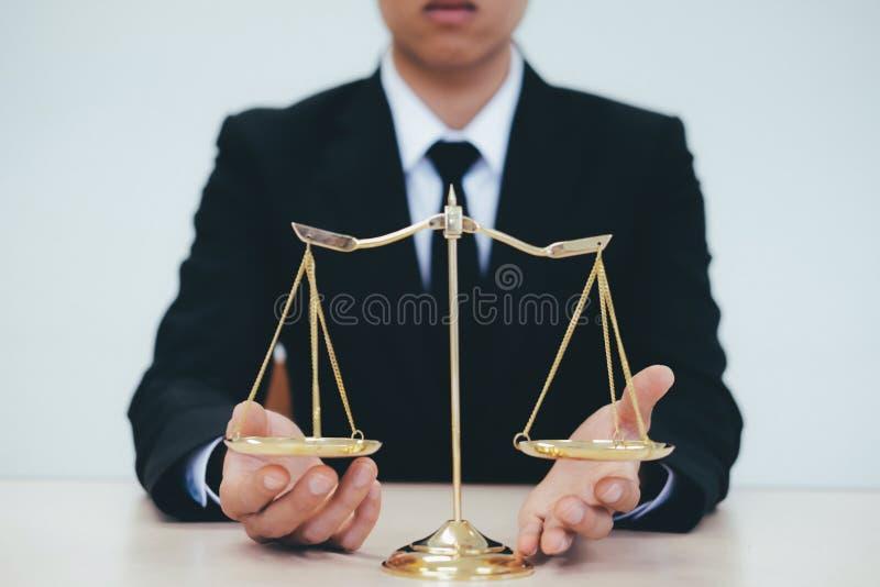 Männlicher Rechtsanwalt im Büro mit Messingskala stockfoto
