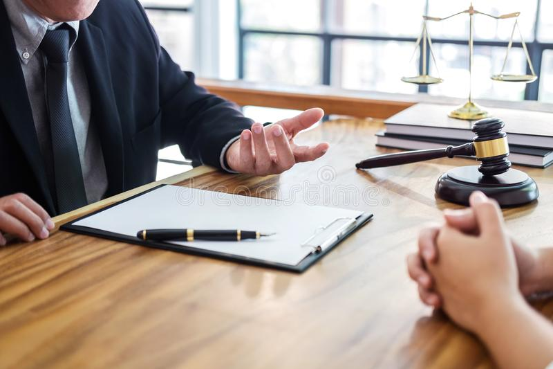 Männlicher Rechtsanwalt oder Richter konsultieren haben der Teambesprechung mit Kunden, La lizenzfreie stockfotos