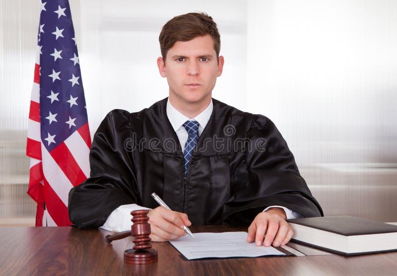 Männlicher Richter im Gerichtssaal lizenzfreie stockbilder