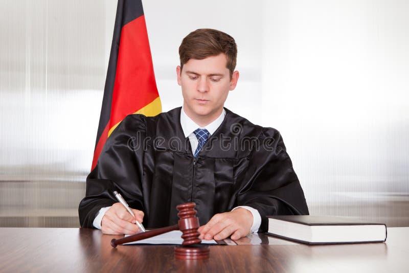 Männlicher Richter im Gerichtssaal stockbild