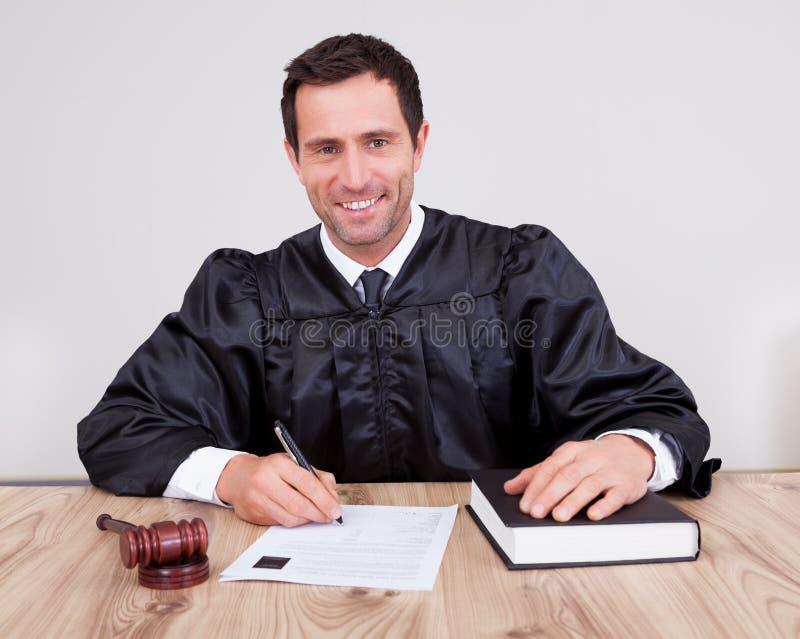 Männlicher Richter im Gerichtssaal stockfoto