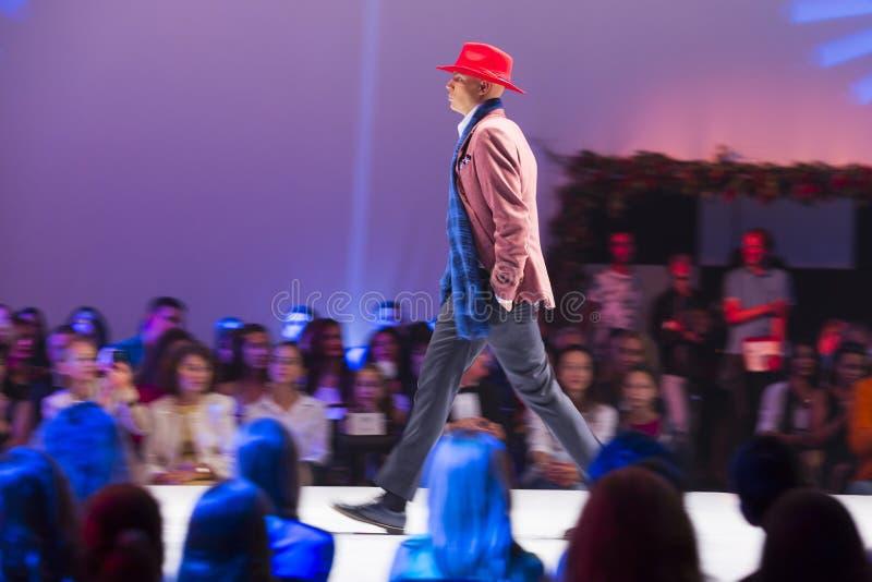 Männlicher roter Hut Sofia Fashion Weeks stockfoto