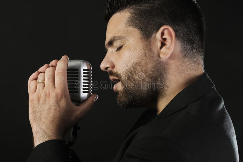 Männlicher Sänger mit Mikrofon lizenzfreie stockfotografie