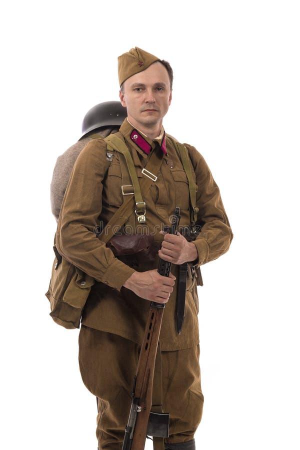 Männlicher Schauspieler in Form von gewöhnlichen Soldaten der russischen Armee im Zeitraum 1939-1940, mit ASelfladengewehr Tokare stockbild