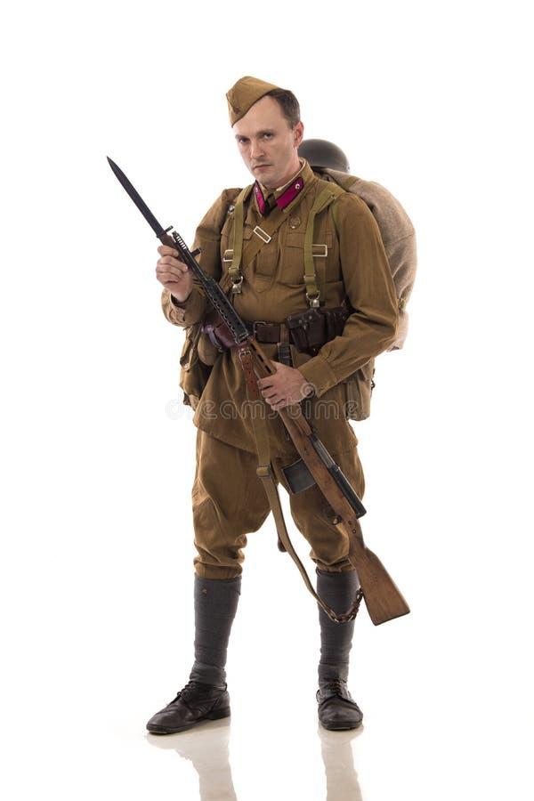 Männlicher Schauspieler in Form von gewöhnlichen Soldaten der russischen Armee im Zeitraum 1939-1940, mit ASelfladengewehr Tokare stockbilder