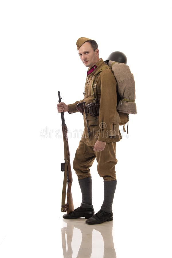 Männlicher Schauspieler in Form von gewöhnlichen Soldaten der russischen Armee im Zeitraum 1939-1940, mit ASelfladengewehr Tokare stockfotografie