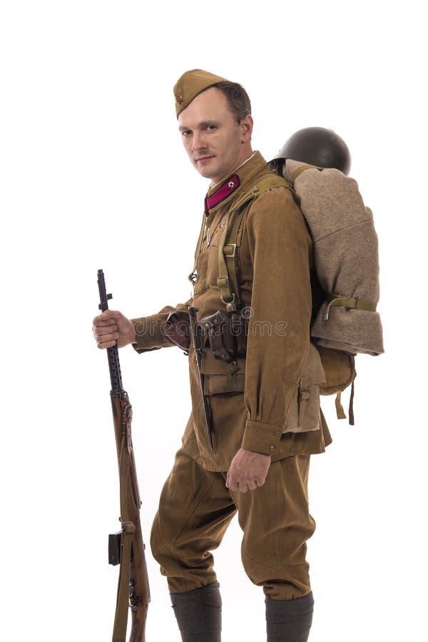 Männlicher Schauspieler in Form von gewöhnlichen Soldaten der russischen Armee im Zeitraum 1939-1940, mit ASelfladengewehr Tokare lizenzfreie stockfotos
