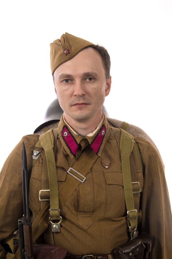 Männlicher Schauspieler in Form von gewöhnlichen Soldaten der russischen Armee im Zeitraum 1939-1940, mit ASelfladengewehr Tokare lizenzfreie stockbilder