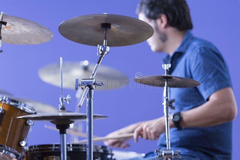 Männlicher Schlagzeuger, der Trommeln spielt stockfotos