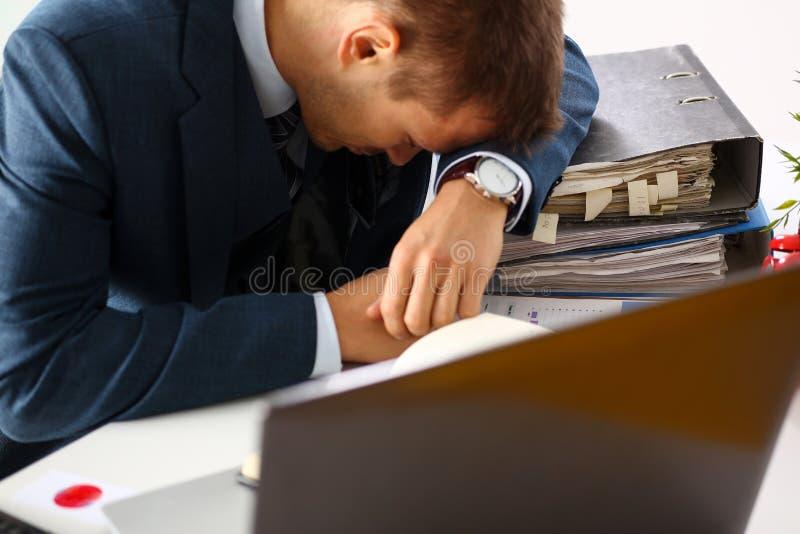 Männlicher Sekretär des müden Büros im Klagennehmenhaar lizenzfreie stockbilder