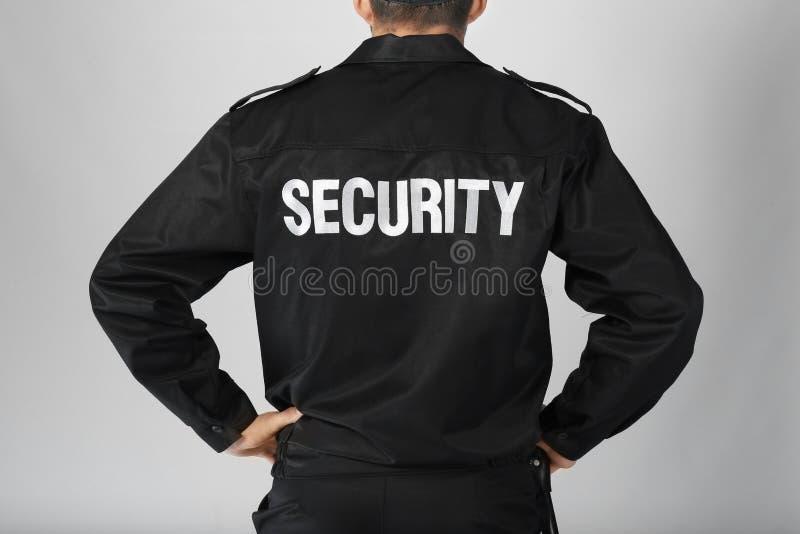Männlicher Sicherheitsbeamte auf hellem Hintergrund, stockfotos