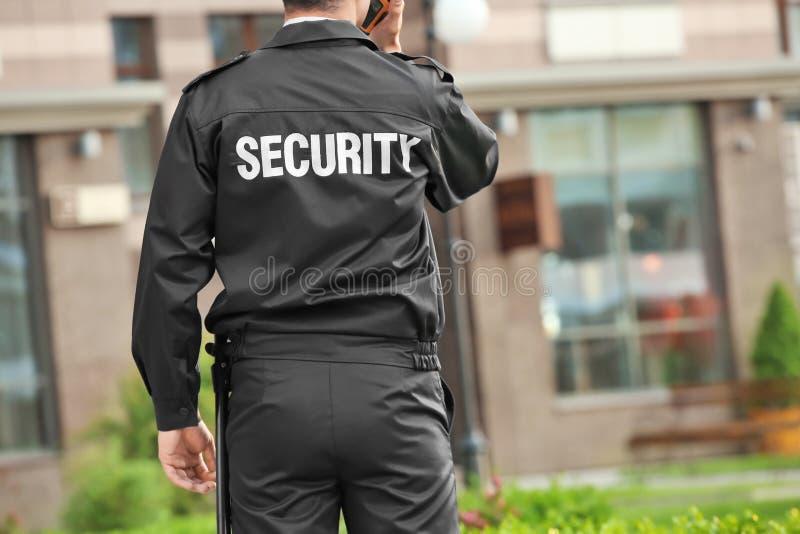Männlicher Sicherheitsbeamte mit portablem Radio, stockfotos