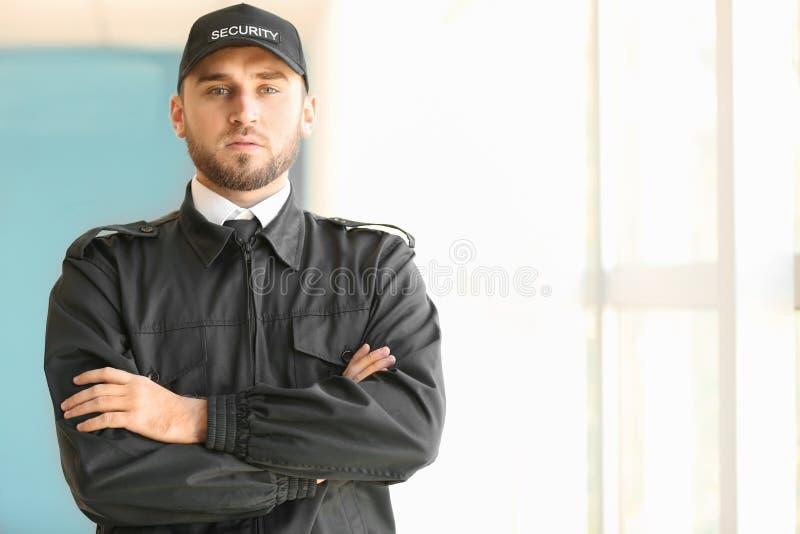 Männlicher Sicherheitsbeamte zuhause stockfoto
