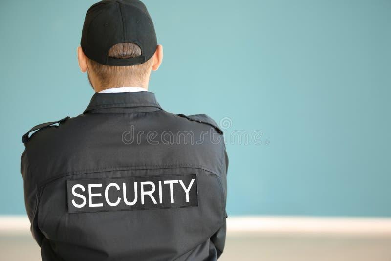 Männlicher Sicherheitsbeamte zuhause, Rückseitenansicht stockbilder