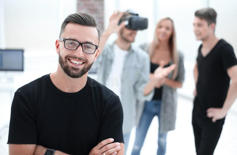 Männlicher Software-Programmierer, der einen neuen App prüft stockfotografie