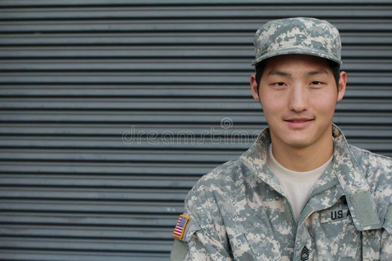 Männlicher Soldat der glücklichen gesunden ethnischen Armee - Archivbild stockbilder