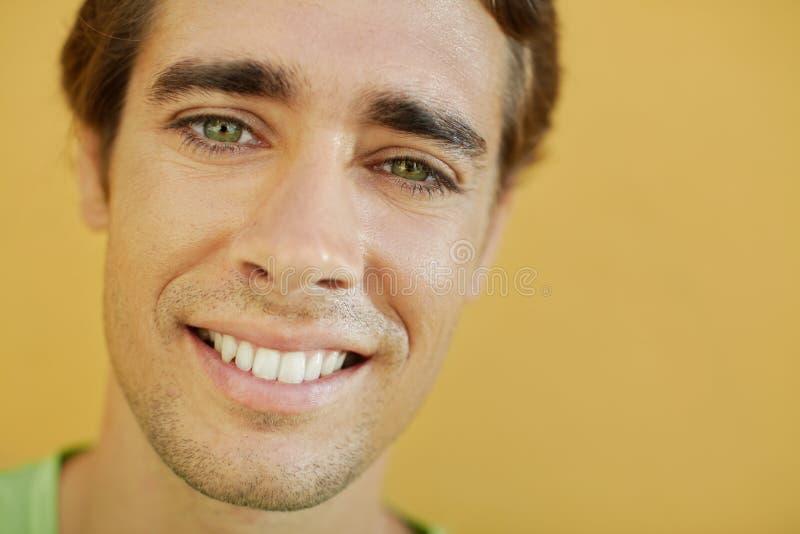 Männlicher Student, der an der Kamera lächelt lizenzfreie stockfotografie