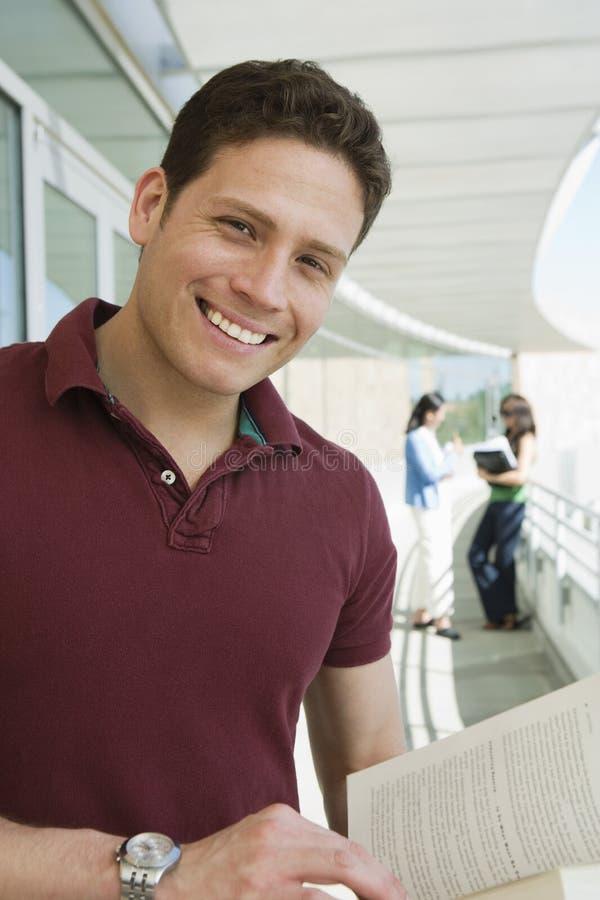 Männlicher Student Smiling lizenzfreies stockfoto