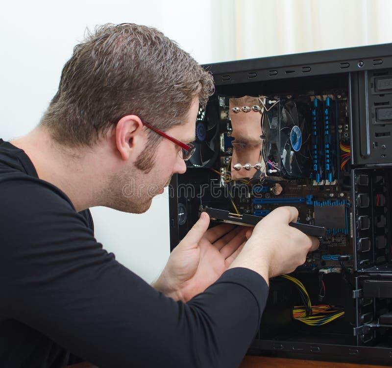 Männlicher Techniker, der Computer repariert lizenzfreie stockfotos
