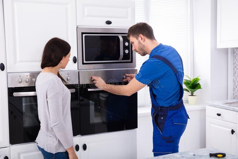 M?nnlicher Techniker Fixing Oven stockfotografie