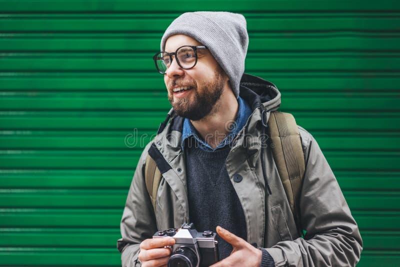 Männlicher Tourist mit Retro- Kamera stockfotos
